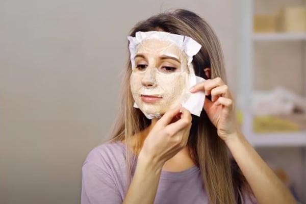 Маска для лица из яичного белка и туалетной бумаги