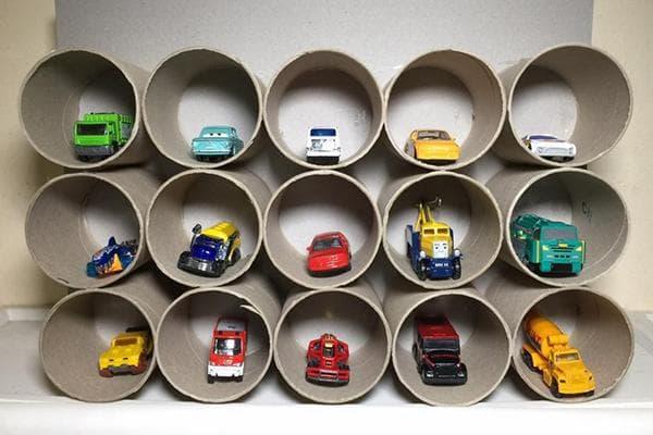 Органайзер для игрушечных машинок, сделанный из втулок от туалетной бумаги