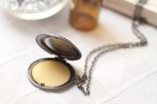 Твердые духи в медальоне на цепочке