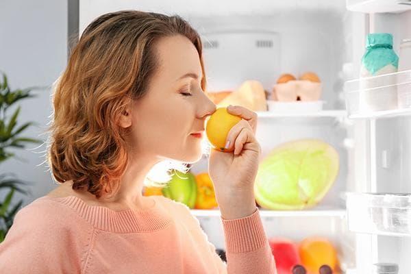 Лимон против неприятных запахов в холодильнике