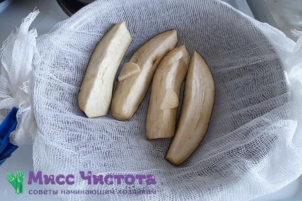 Приготовление баклажана на пару при помощи марли и кастрюли