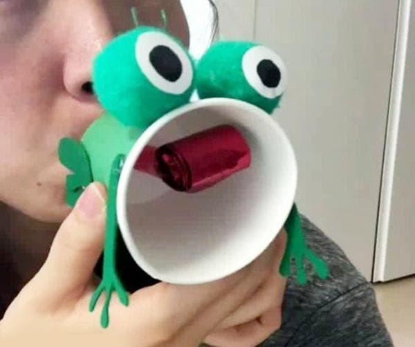 Игрушка - лягушка из картонного стаканчика