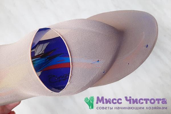 Носок с прорезью, натянутый на домашнюю тапочку
