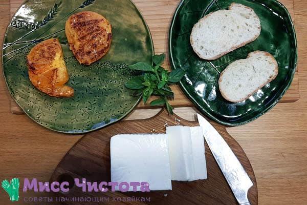 Снимите готовые кусочки с гриля на тарелку