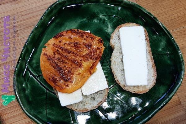 1. Намажьте сыр на подготовленные ломтики хлеба