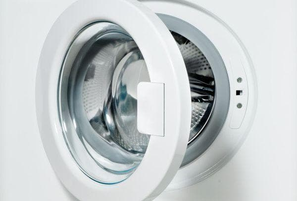 Открытый люк стиральной машинки