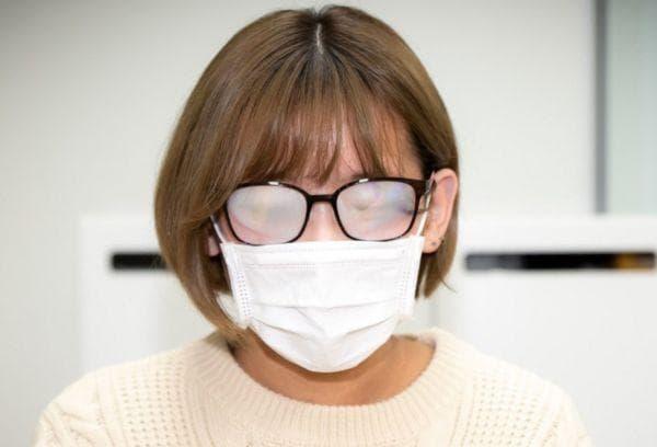 Женщина в маске и очках