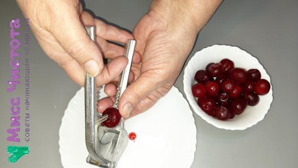 удаление косточки из ягоды с помощью чеснокодавки