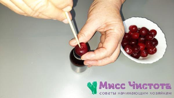 удаление ягодных косточек с помощью палочки