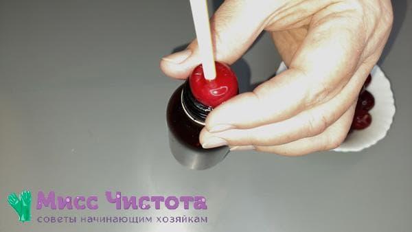 удаление ягодных косточек с помощью трубочки для коктейля