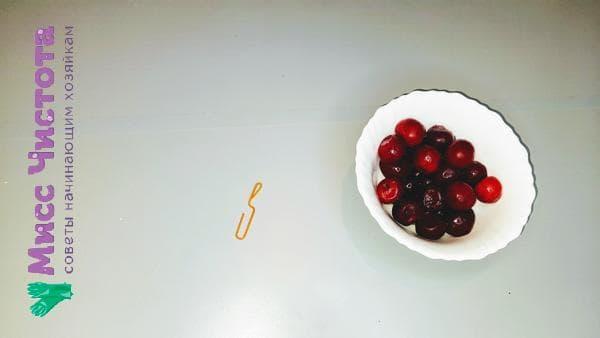 канцелярская скрепка и ягоды