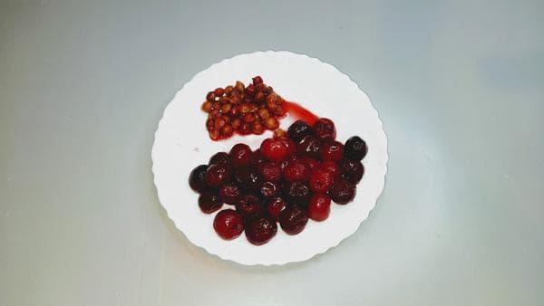 ягоды вишни и косточки