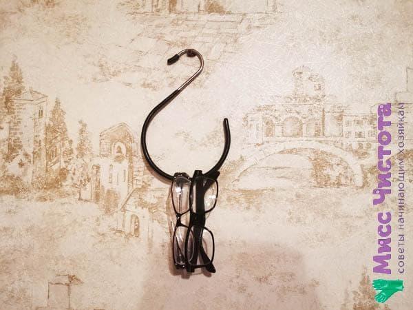 Очки на декоративном крючке