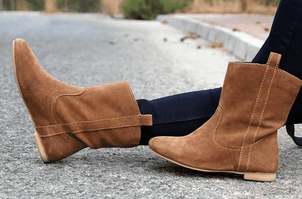 Девушка в замшевых ботинках