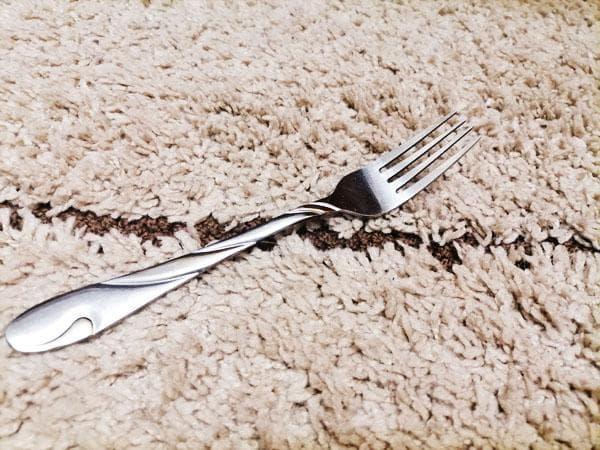 вилка на ковре