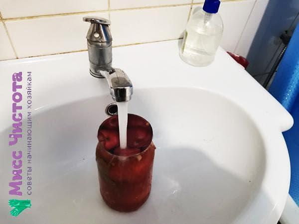 банка под струей горячей воды
