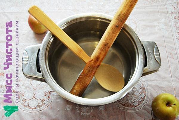 лопатка и скалка в кастрюле
