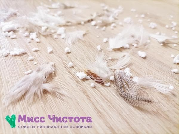 перья и пух на полу