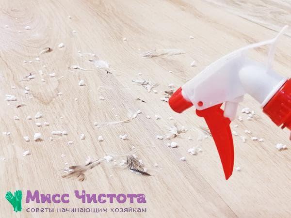 смачивание водой рассыпавшихся на полу перьев и пенопластовых шариков
