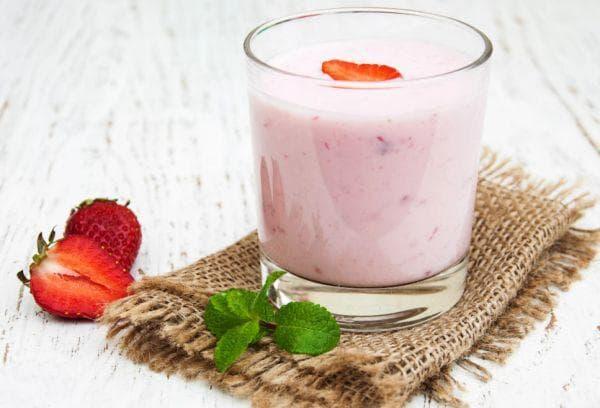 Йогурт и свежая клубника