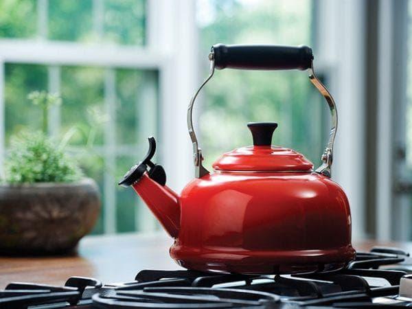 Эмалированный чайник красный
