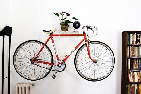 Велосипед на палочках на стене