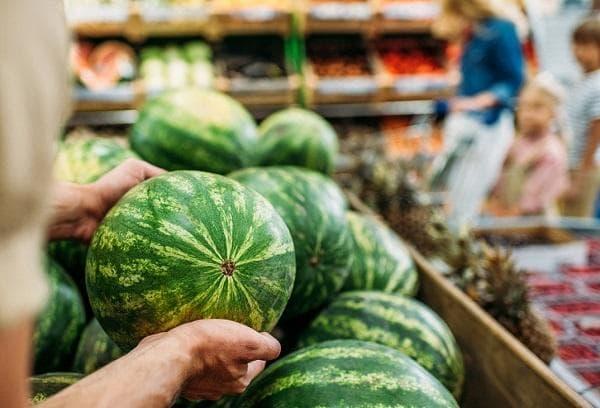 Арбузы в супермаркете