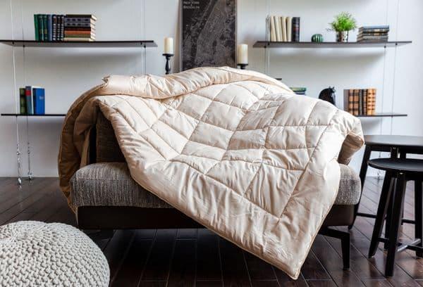 Одеяло на диване
