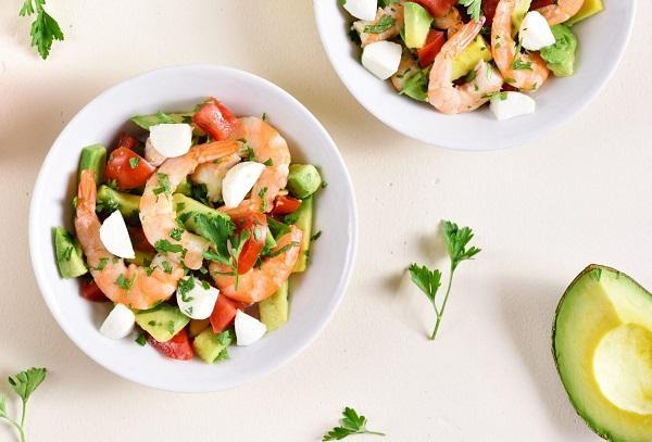 Греческий салат с креветками, каперсами и авокадо