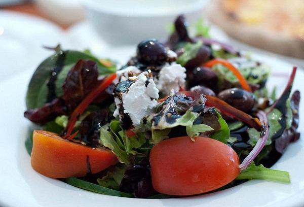 Греческий салат с базиликом и запеченной свеклой