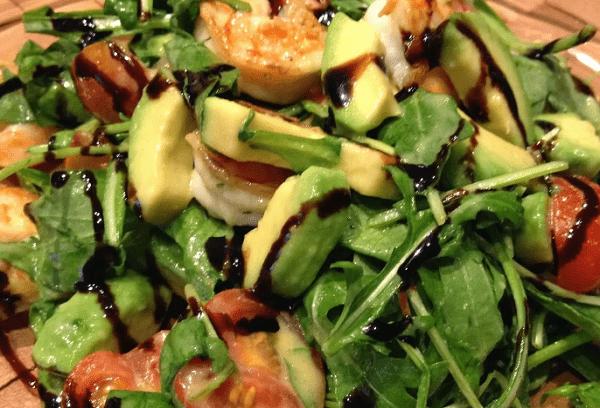 Cалат с рукколой, креветками и мякотью авокадо