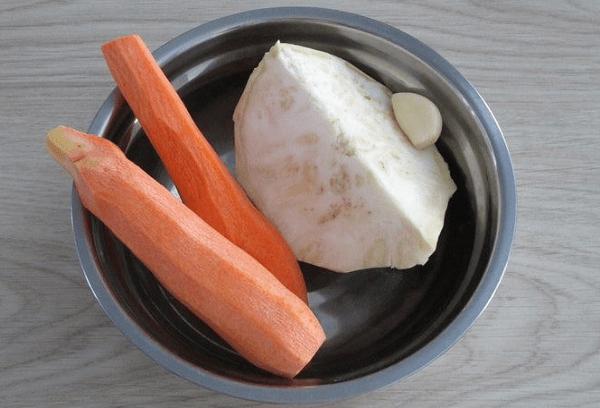 Корень сельдерея и морковь