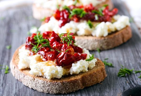 Итальянская закуска – брускетта с вялеными помидорами и козьим сыром