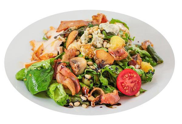 Салат «Цезарь» с курицей, грибами и беконом