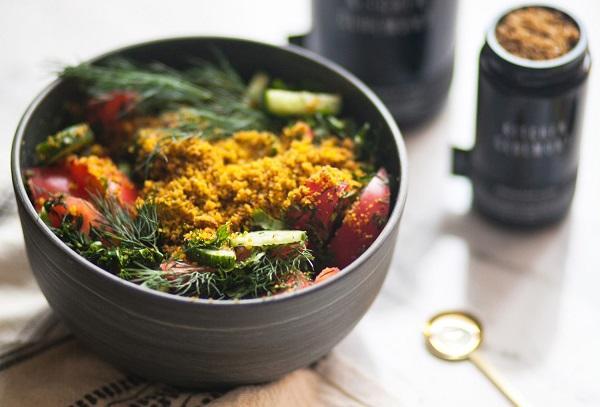 Овощной салат с зеленью и орехами